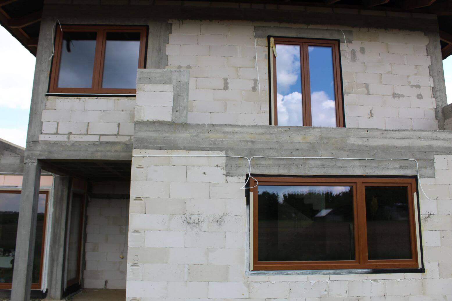 montaz okna na pietrze