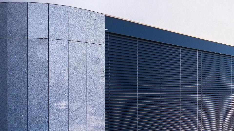 Ściana z żaluzją fasadową