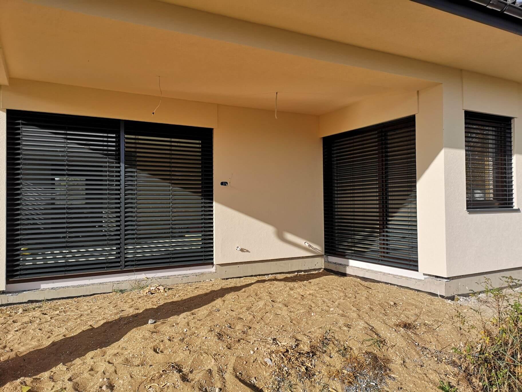 Duże okna i żaluzje fasadowe