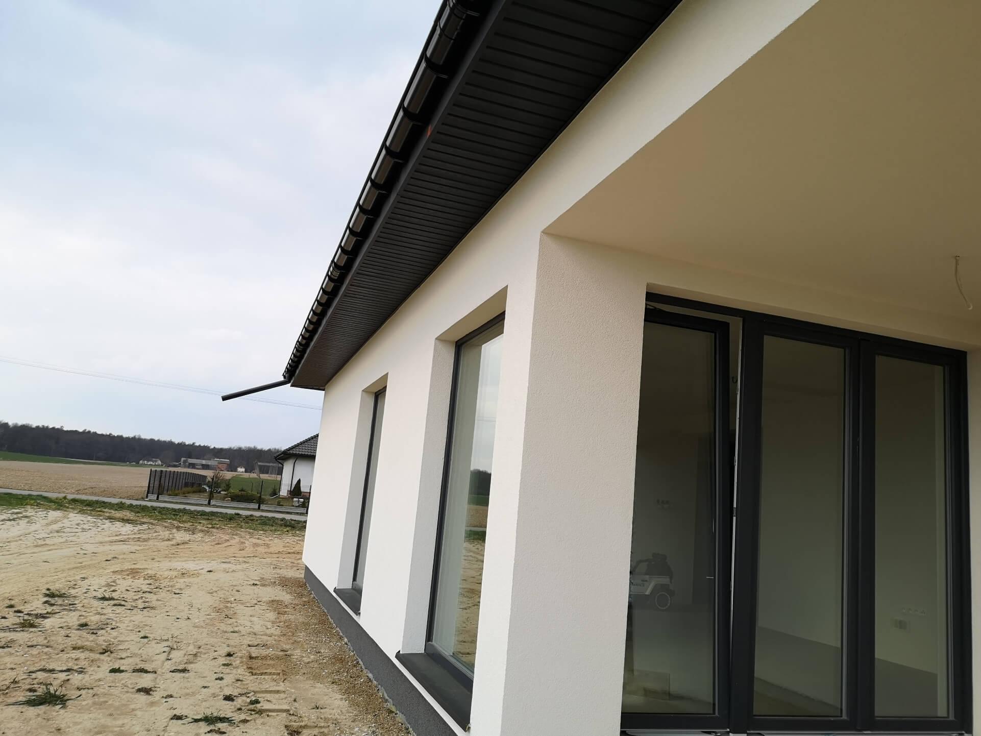 Okna tarasowe na scianie domu