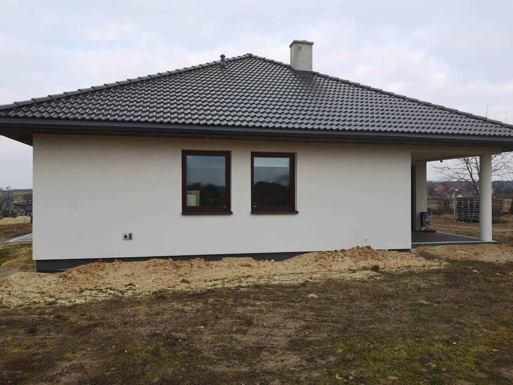 Dwa małe okna na ścianie