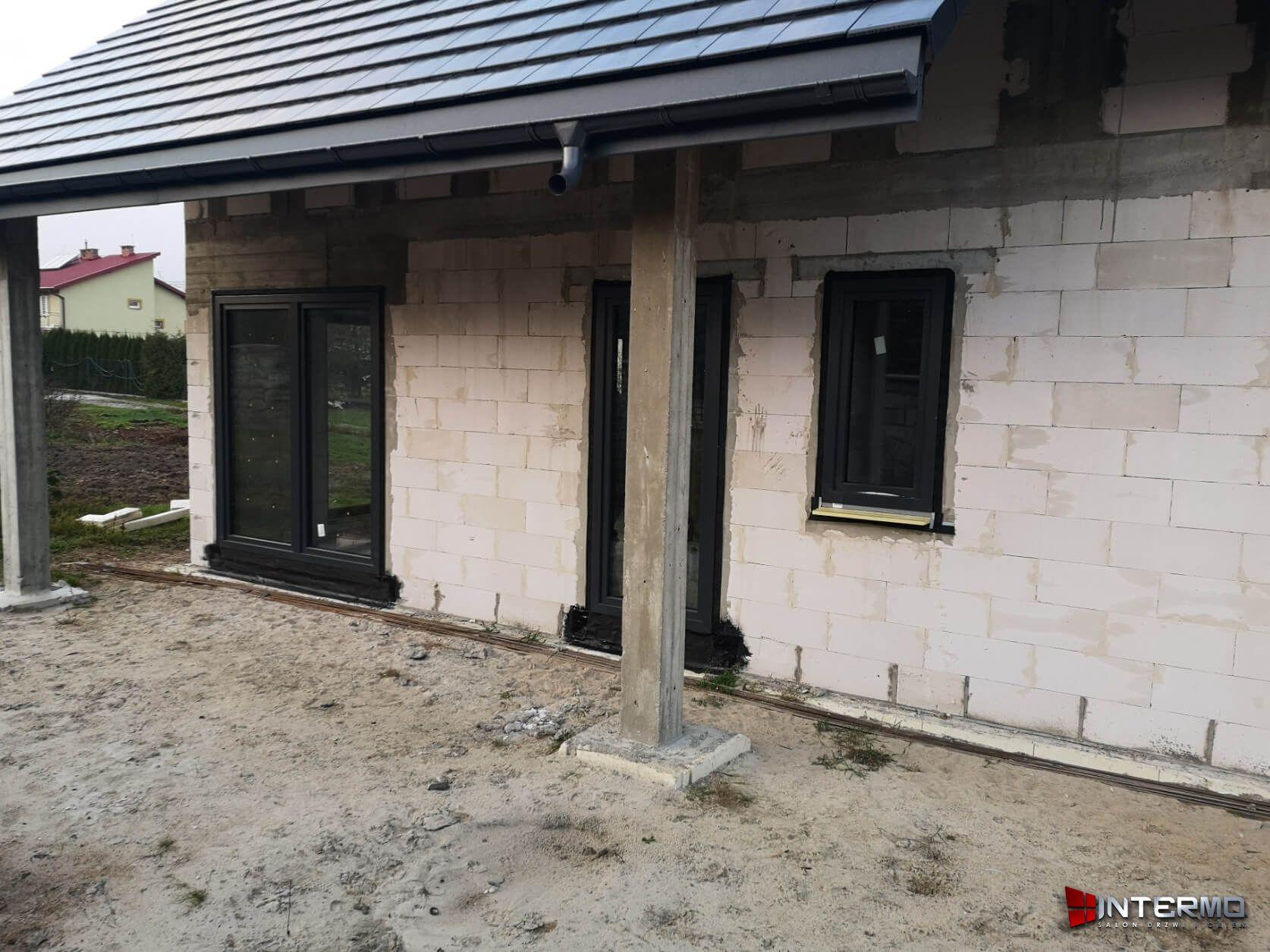 Drzwi tarasowe obok okna