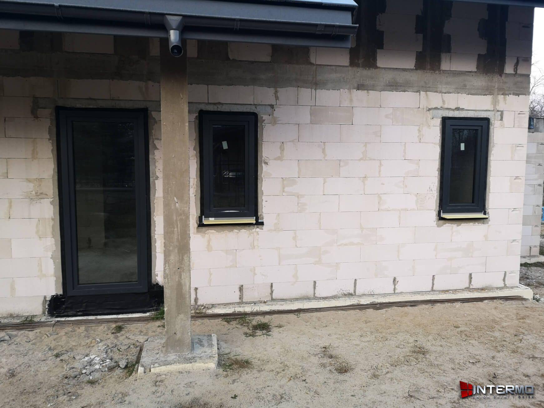 Małe okna obok drzwi tarasowych