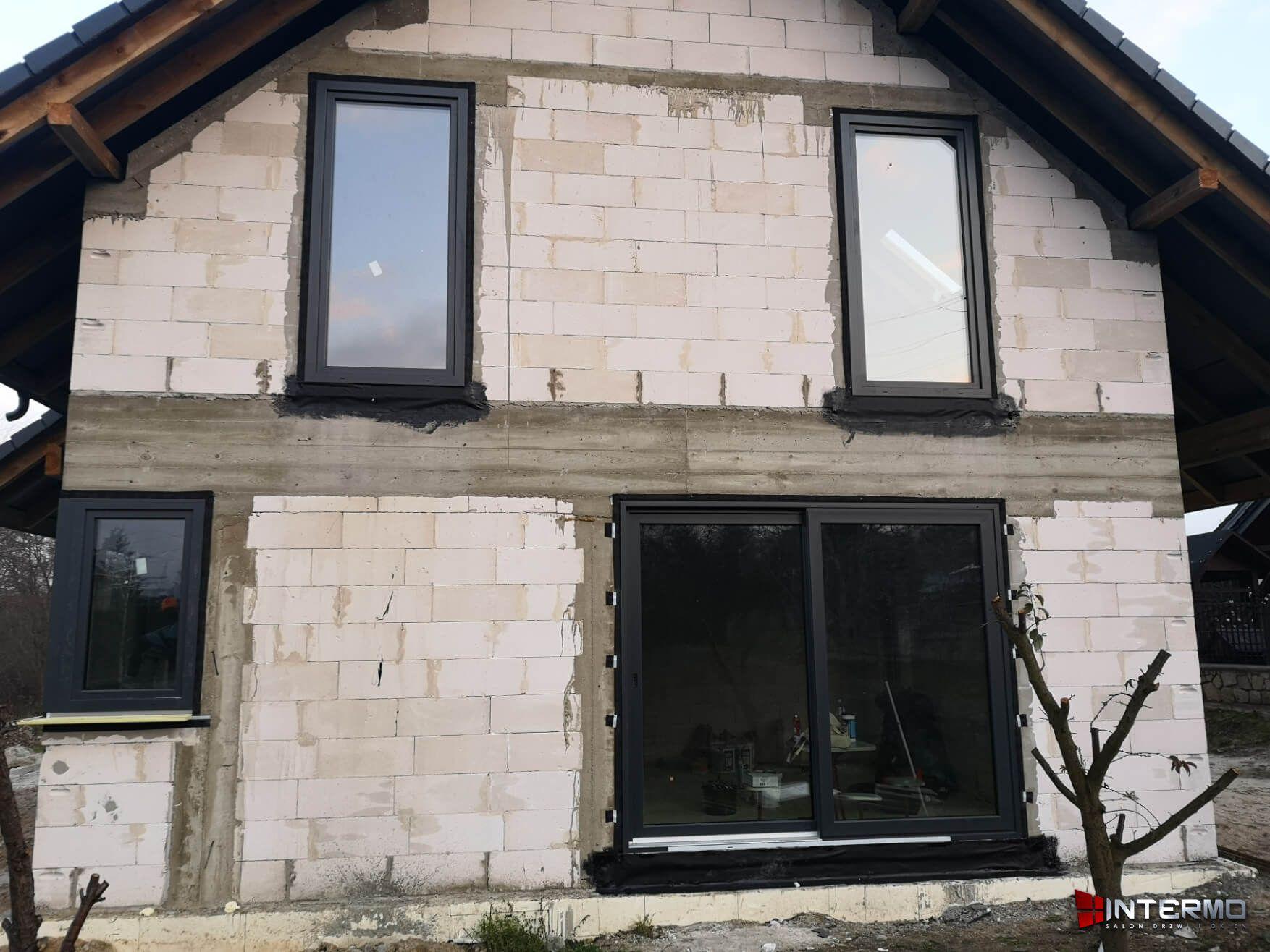 Dom stan surowy z oknami