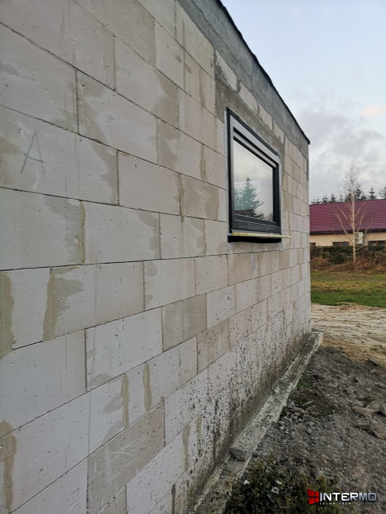 Małe okno na ścianie budynku
