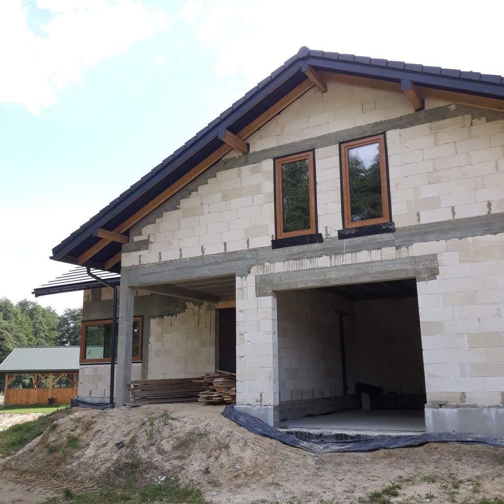 bok domu z oknami