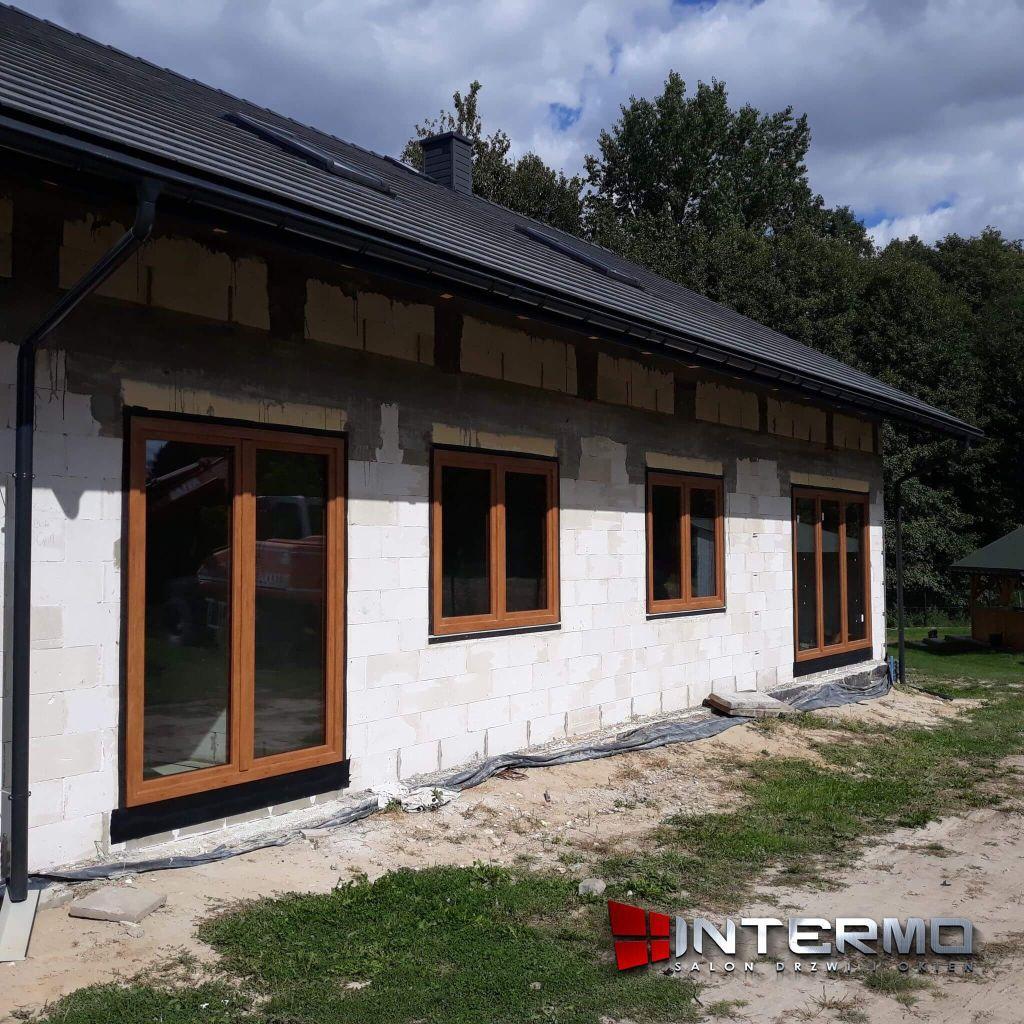 sciana domu z oknami